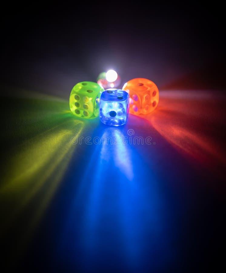 El multicolor corta shinning en cuadritos en la oscuridad por la luz suave fotos de archivo libres de regalías