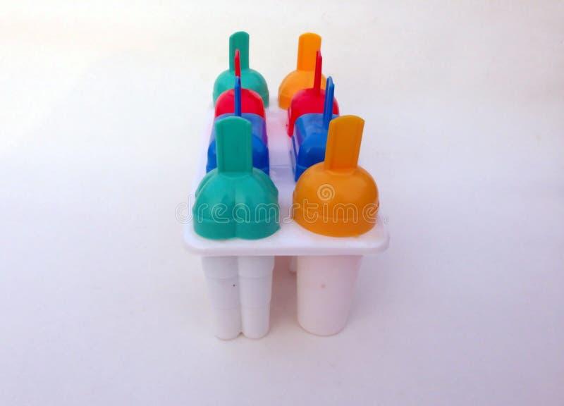 El multicolor el fabricante de helado aislado con el fondo blanco imagenes de archivo