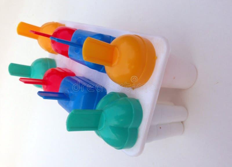 El multicolor el fabricante de helado aislado con el fondo blanco fotos de archivo libres de regalías