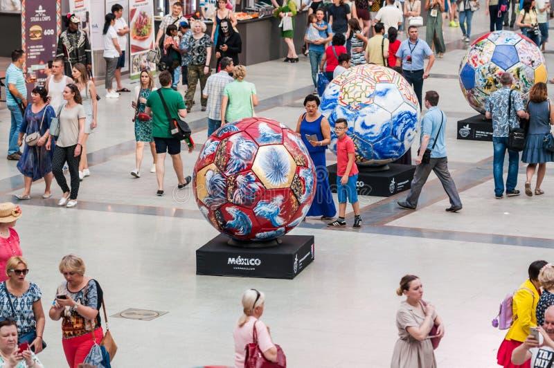 El mundial 2018 de la FIFA Una casa nacional para las fans mexicanas en Gostiny Dvor Celebración del día de los muertos Balones d imagen de archivo libre de regalías