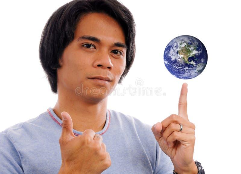 El mundo en sus extremidades del dedo imagen de archivo