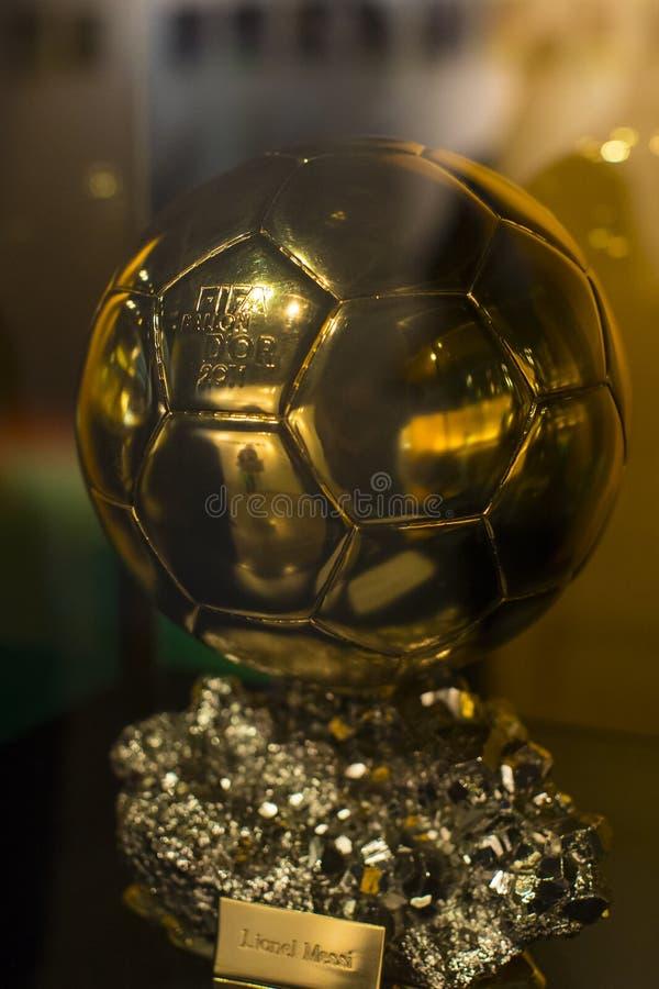 El museo de los trofeos de las tazas y de los premios del FC Barcelona del equipo en de Camp Nou imagen de archivo libre de regalías