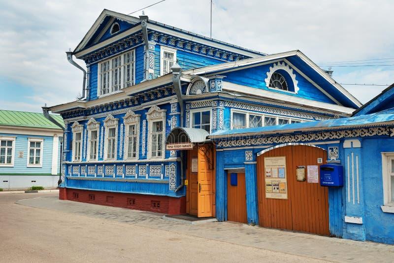 El museo de samovares, casa de madera azul vieja con los modelos tallados foto de archivo
