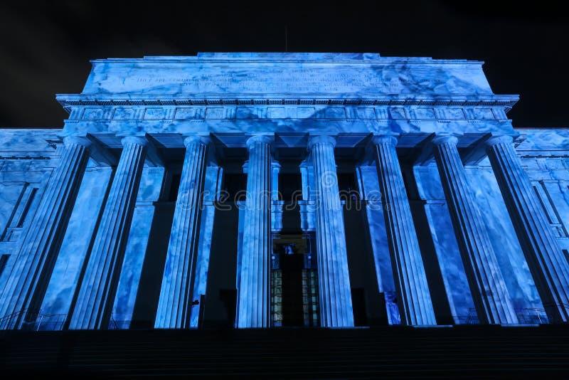 El museo del monumento de guerra, Auckland, NZ, encendió para arriba un azul vivo foto de archivo libre de regalías