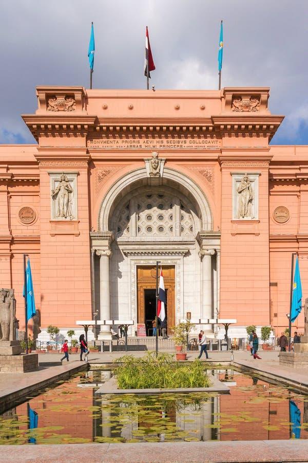 El museo egipcio en El Cairo, turistas viene con el entran principal imagen de archivo libre de regalías