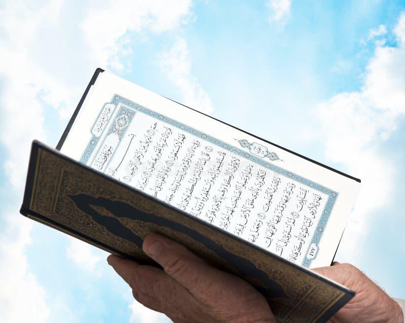 El musulmán da Quran de la explotación agrícola foto de archivo libre de regalías