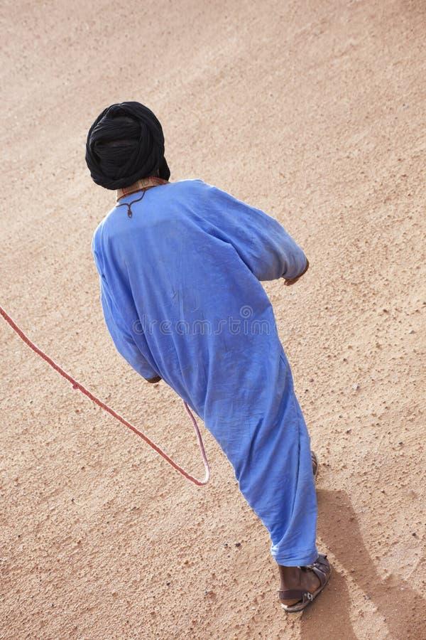 El nómada camina en el desierto del Sáhara. fotos de archivo