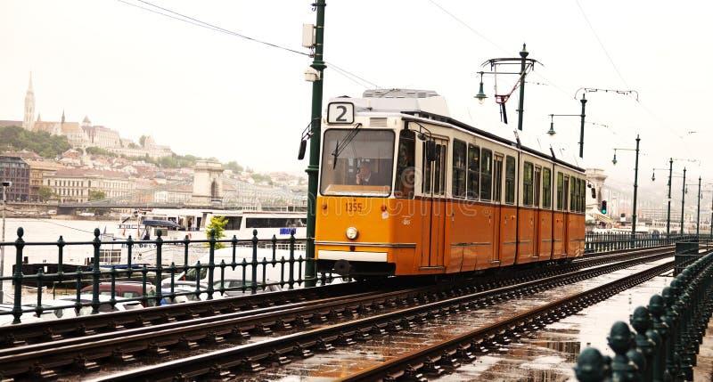 El número de línea famoso dos de la tranvía que corre junto al río Danubio foto de archivo libre de regalías