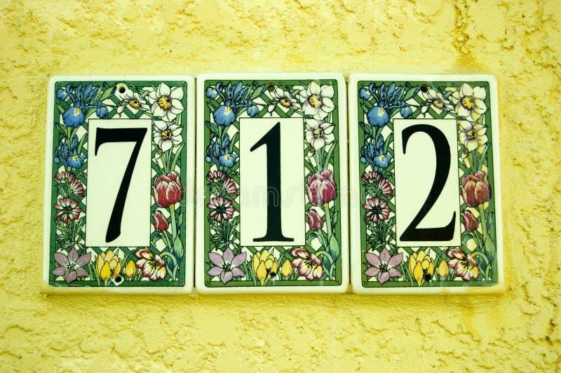 El número de la puerta embaldosa 712 imagen de archivo
