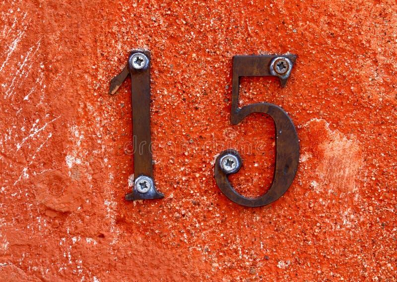 El número quince formó a partir de dos dígitos uno y cinco en la pared imagen de archivo