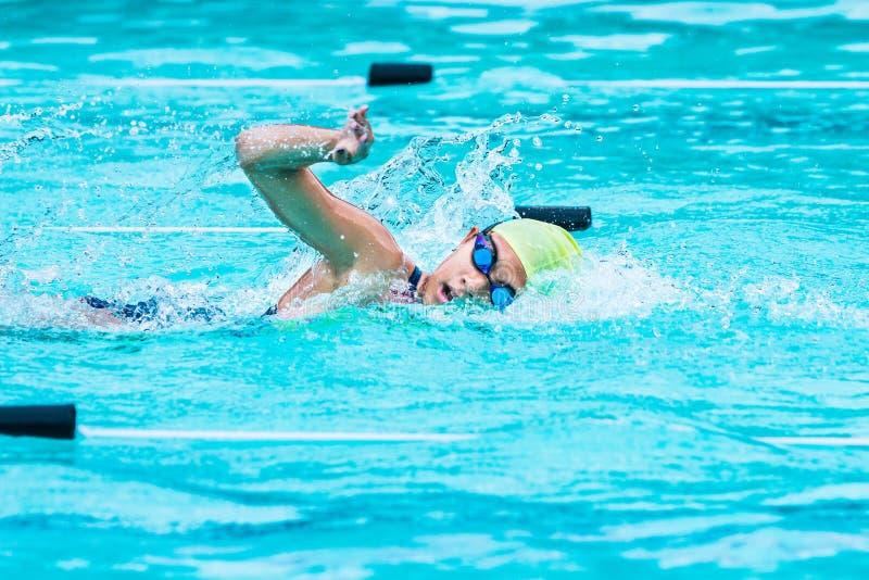 El nadador de sexo femenino joven compite con en movimiento del estilo libre y da vuelta al catc imagenes de archivo