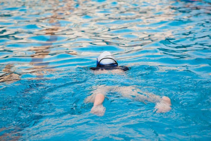 El nadar en la piscina imagen de archivo