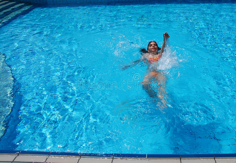 El nadar en la piscina foto de archivo imagen de activo for Desnudas en la piscina