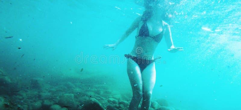 El nadar en el mar de la turquesa fotos de archivo libres de regalías
