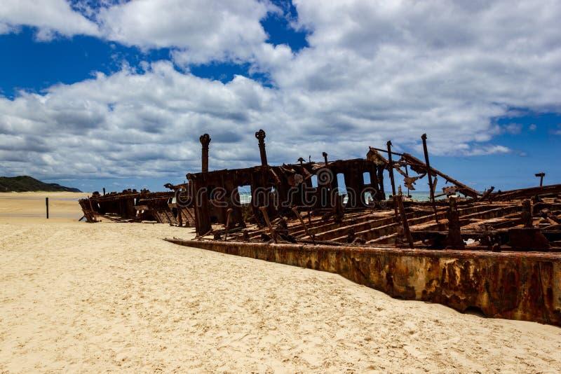 El naufragio de Maheno en la playa Fraser Island, Fraser Coast, Queensland, Australia de 75 millas imágenes de archivo libres de regalías