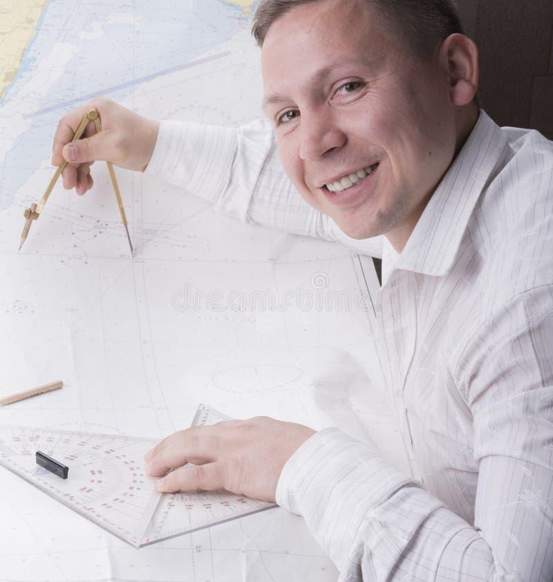 El navegador está midiendo con el divisor en mapa de la navegación fotografía de archivo