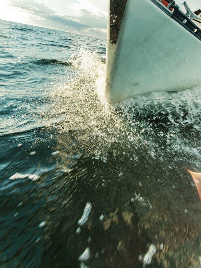 El navegar en el tiro severo del arco del barco de vela que salpica el agua foto de archivo libre de regalías