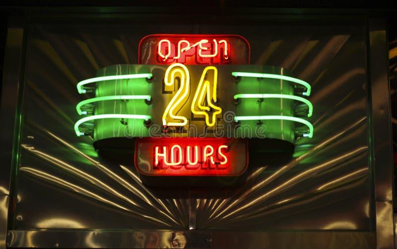 El neón abre 24 horas de muestra fotografía de archivo libre de regalías