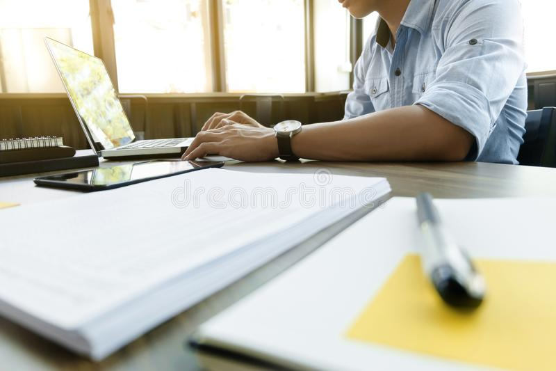 El negocio calcula documentos de la carta de los datos en el escritorio en la oficina fotos de archivo libres de regalías