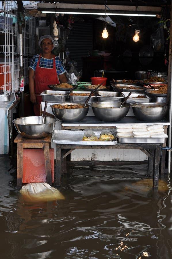 El negocio como de costumbre es la norma para algunos de los vendedores en el mercado de Ram Inthra KM8 en Bangkok, Tailandia el  imágenes de archivo libres de regalías