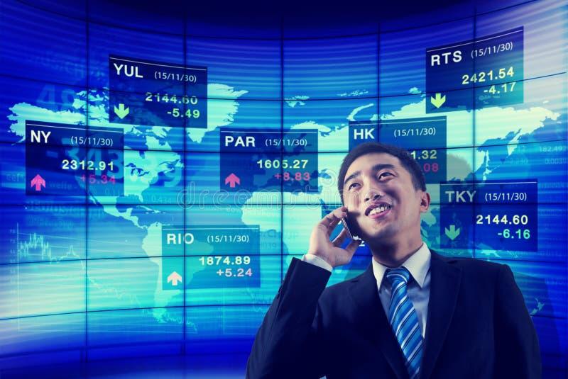 El negocio de bolsa de acción global analiza concepto del teléfono de la charla fotografía de archivo
