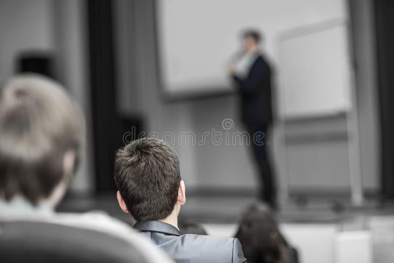 El negocio de los oyentes cursa, sentándose en conferencias en sala de conferencias moderna fotografía de archivo libre de regalías