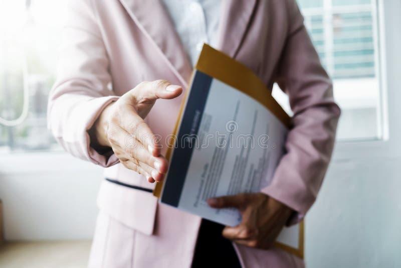 El negocio encuentra nuevo trabajo y se entrevista con el trabajo Abra el apretón de manos y imagen de archivo