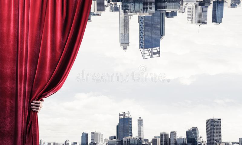 El negocio moderno reflej? paisaje urbano detr?s de la cortina se abri? por la mano del hombre de negocios fotografía de archivo libre de regalías