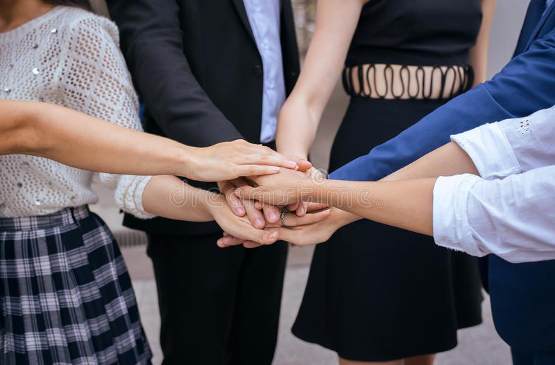 El negocio se une al éxito de la mano para tratar, trabajo del equipo para alcanzar las metas, coordinación de la mano imagen de archivo libre de regalías