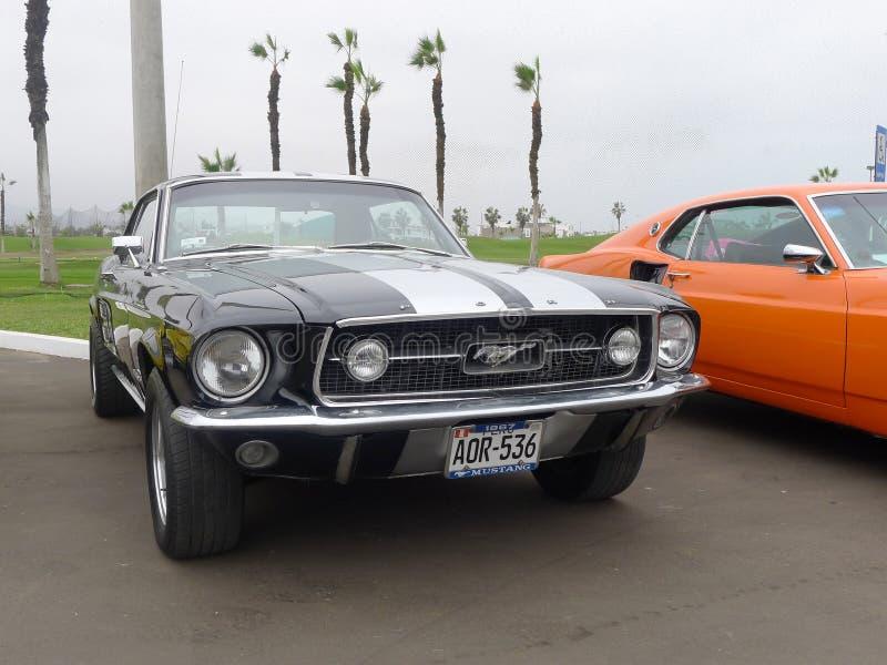 El negro y la plata colorearon a Ford Mustang V289 en Lima fotos de archivo
