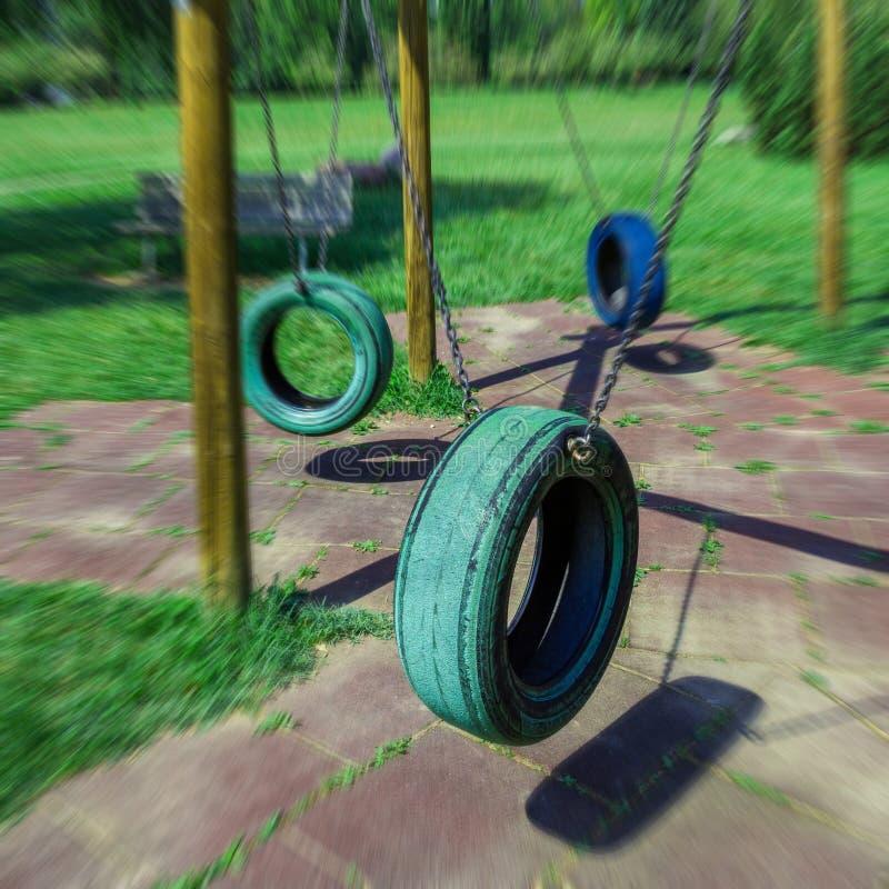 El neumático balancea la ejecución en parque foto de archivo