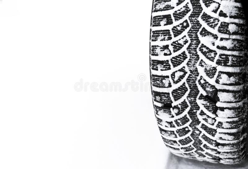 El neumático de coche en el cierre de la nieve para arriba Pistas del coche en la nieve Rastros del coche en la nieve Neumáticos  fotos de archivo libres de regalías