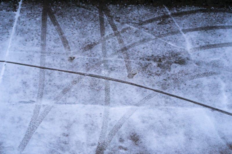 El neumático de coche remonta en aparcamiento en el invierno - top abajo fotografía de archivo