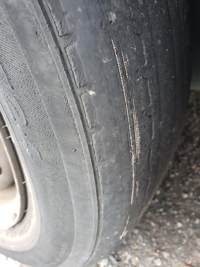 El neumático está calvo nuevo un neumático nuevo foto de archivo