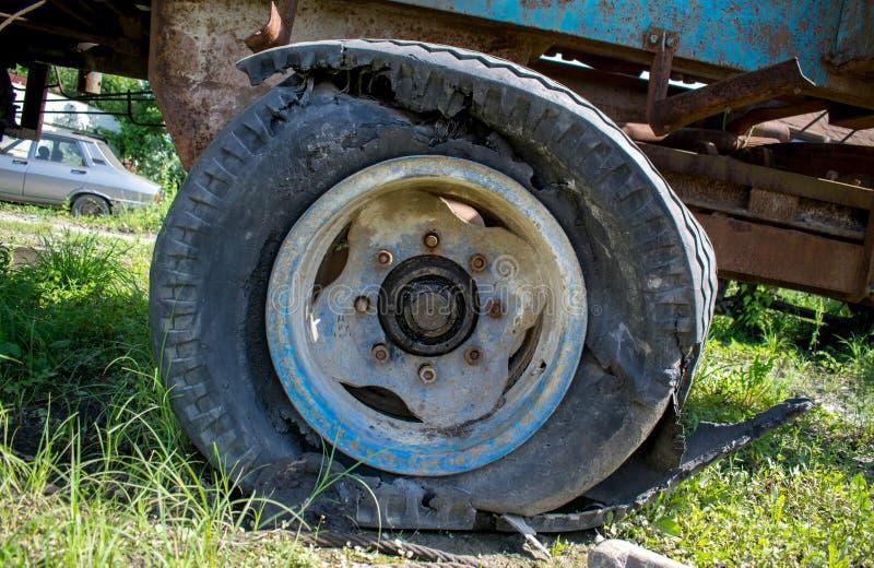 El neumático estallado de una maquinaria agrícola fotos de archivo libres de regalías