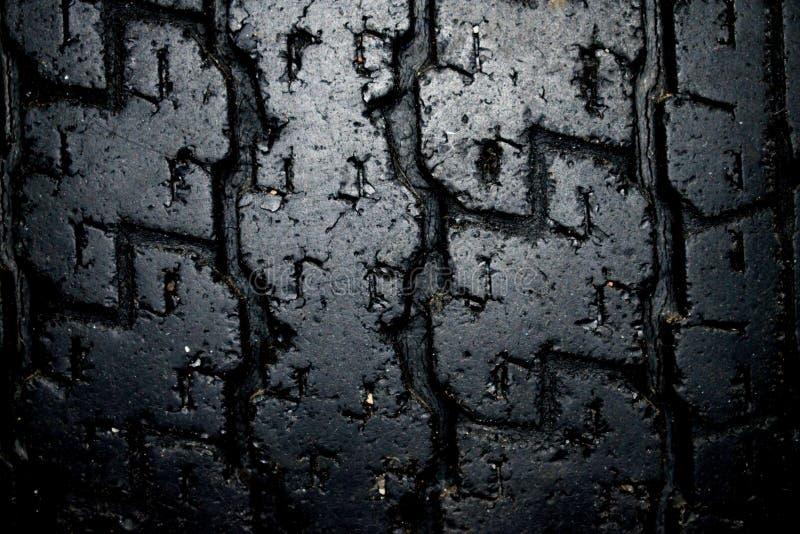 El neumático viejo en la tienda foto de archivo