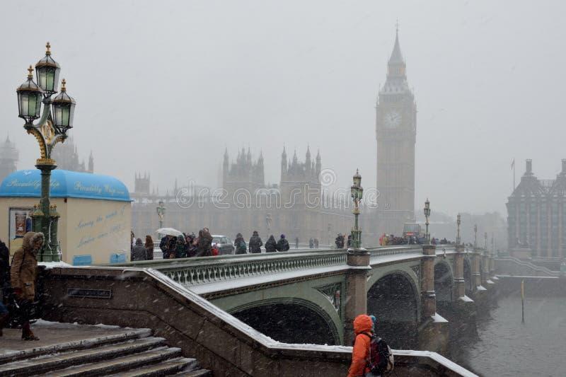 El nevar en el puente de Westminster fotografía de archivo libre de regalías