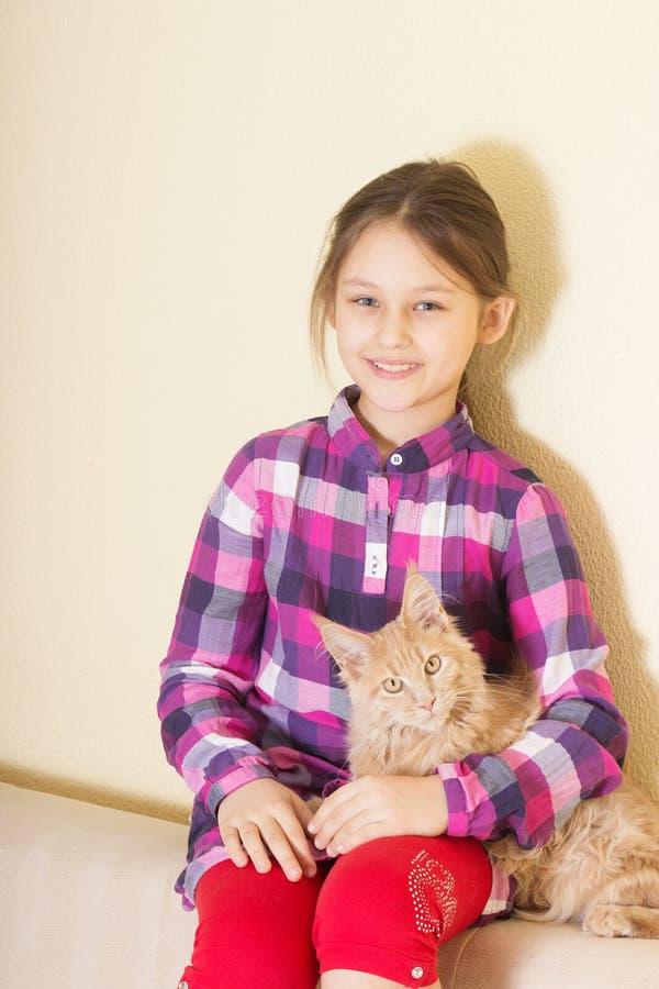 El niño abraza el gatito imágenes de archivo libres de regalías