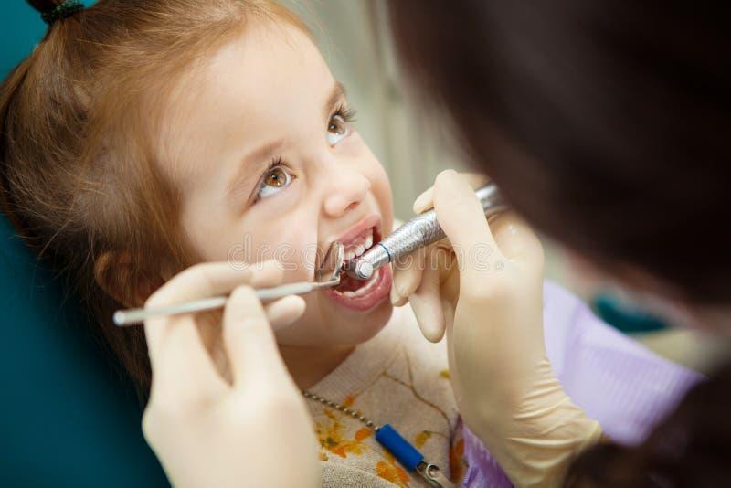 El niño adorable pasa tranquilamente con el procedimiento del pulido de los dientes imagen de archivo libre de regalías