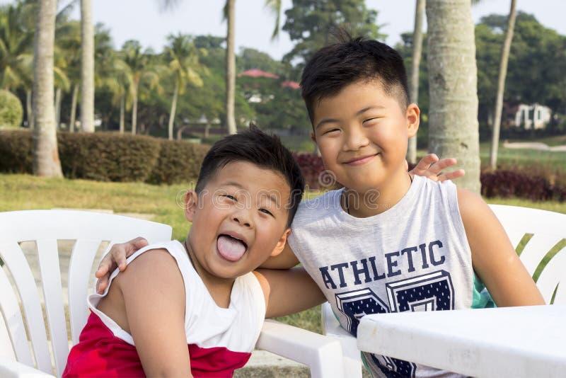 El niño asiático feliz disfruta de vacaciones de verano imagen de archivo libre de regalías