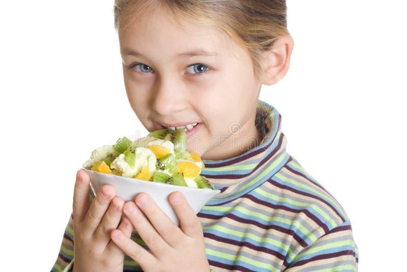 El niño come el postre con helado y frutas fotos de archivo libres de regalías