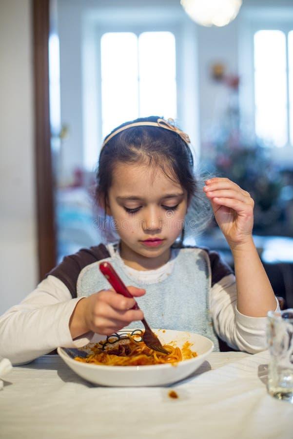 El niño come los espaguetis imagenes de archivo
