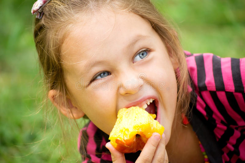 El niño come un melocotón imágenes de archivo libres de regalías