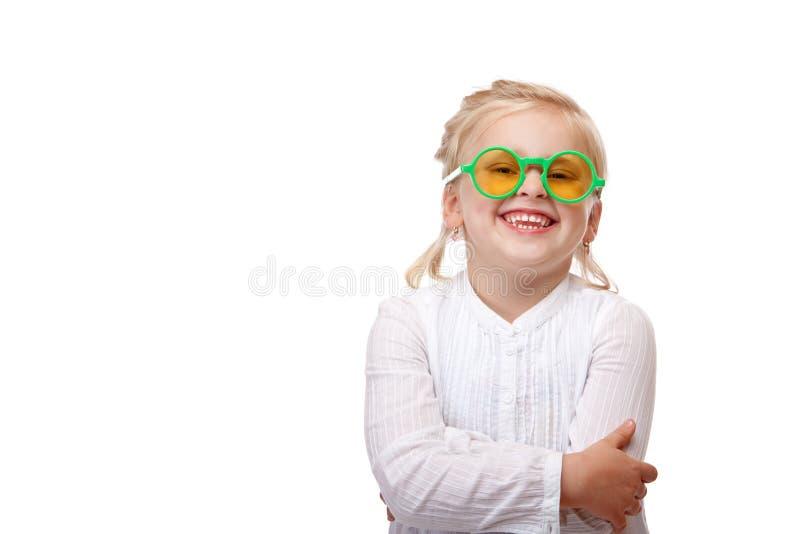 El niño con los vidrios verdes es sonrisa feliz fotos de archivo