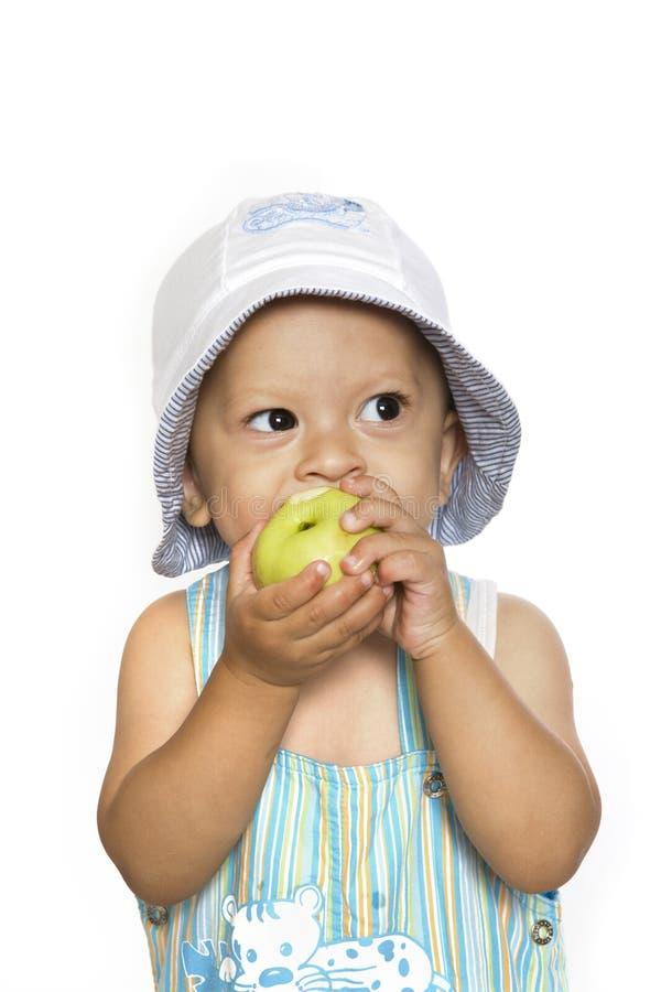 El niño con una manzana imagen de archivo libre de regalías