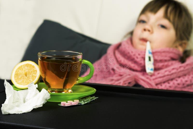 El niño consiguió enfermo, fiebre, tos, mocos fotografía de archivo libre de regalías