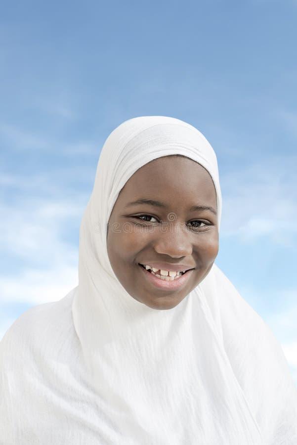 El niño del Afro se vistió para una celebración religiosa, aislado imagen de archivo libre de regalías