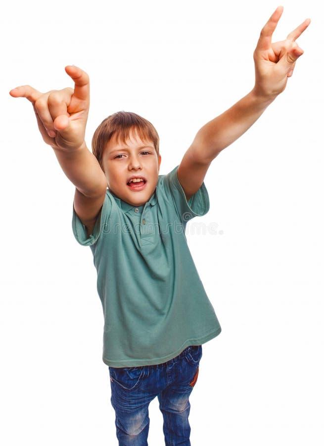 El niño del muchacho del adolescente muestra la roca del metal de las manos del gesto imagenes de archivo