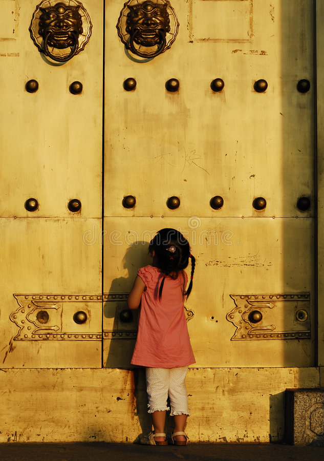 El niño delante de la puerta imagenes de archivo