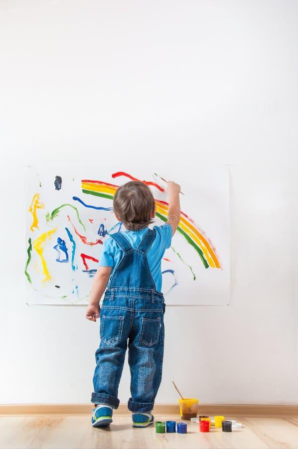 El Niño Dibuja La Tinta En El Papel Imagen de archivo - Imagen de ...